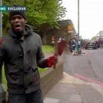 Imágenes de video filmadas por un transeúnte y dadas a conocer por la cadena de noticias local ITV mostraron a uno de los agresores con las manos cubiertas de sangre y con un cuchillo y un machete ensangrentado. foto edh / reuters