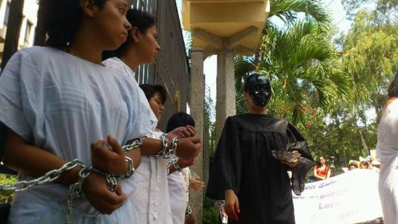 Mujeres protestaron encadenadas a los portones de la Corte por el caso Beatriz Foto mauricio castro