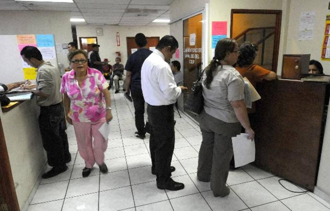 Varias personas realizan trámites en el Consejo Superior de Salud Pública.