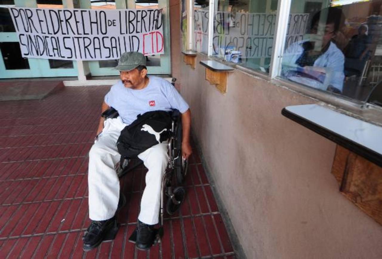 Juan Merino es uno de los pacientes que no fue atendido, llegó desde Cinquera, Cabañas. Fotos EDH / Mauricio Cáceres