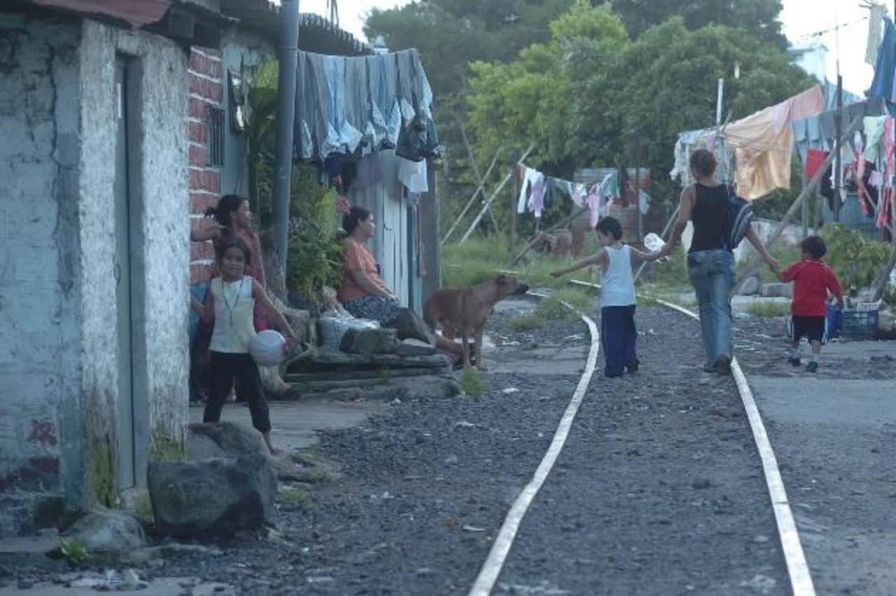 Aún falta que 200,000 salvadoreños salgan de la pobreza para llegar a niveles de 2006, según datos oficiales. Foto edh/ archivo