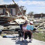 Sarah Dick lee a su hija Jadyn, de 3 años, un libro de cuentos, en Oklahoma City. Su casa fue destruida por el tornado.