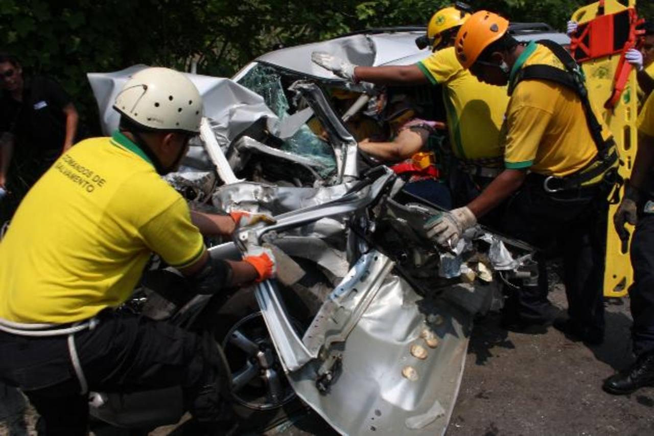 Una mujer de 36 años y su hijo, de 2, quedaron atrapados en su vehículo que fue impactado por un camión en Guazapa.Foto EDH / Cortesía Comandos