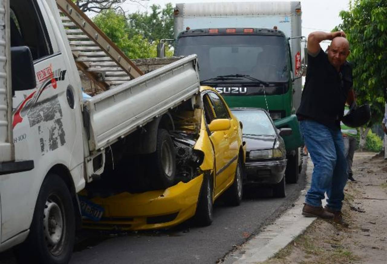 El accidente múltiple en el que se vieron involucrados cinco vehículos ocurrió en la calle Circunvalación, a un costado de la Universidad de El Salvador. Foto EDH / Jaime anaya