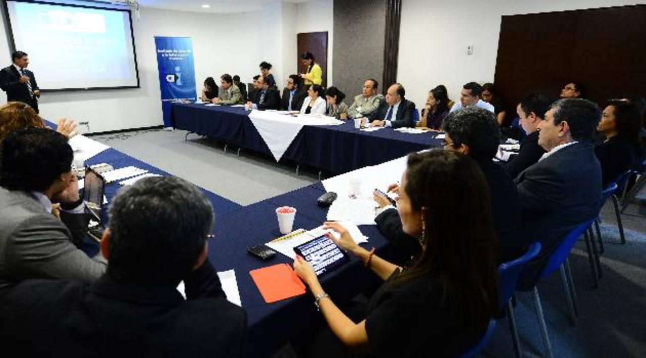 El Grupo Promotor de la LAIP realizó ayer un conversatorio con los comisionados del Instituto. foto edh / mario amaya