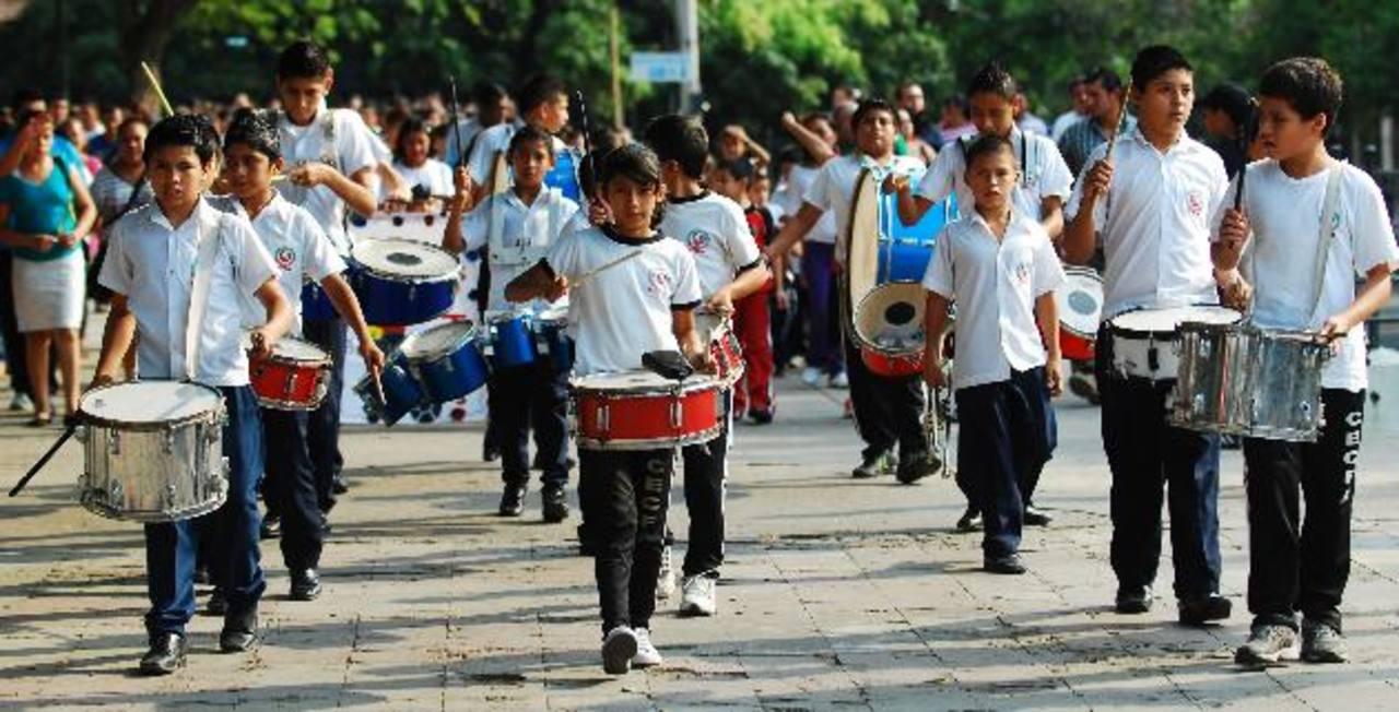 Alumnos desfilaron por el parque Centenario, como acto de inauguración de sus intramuros. fotos edh / René estrada
