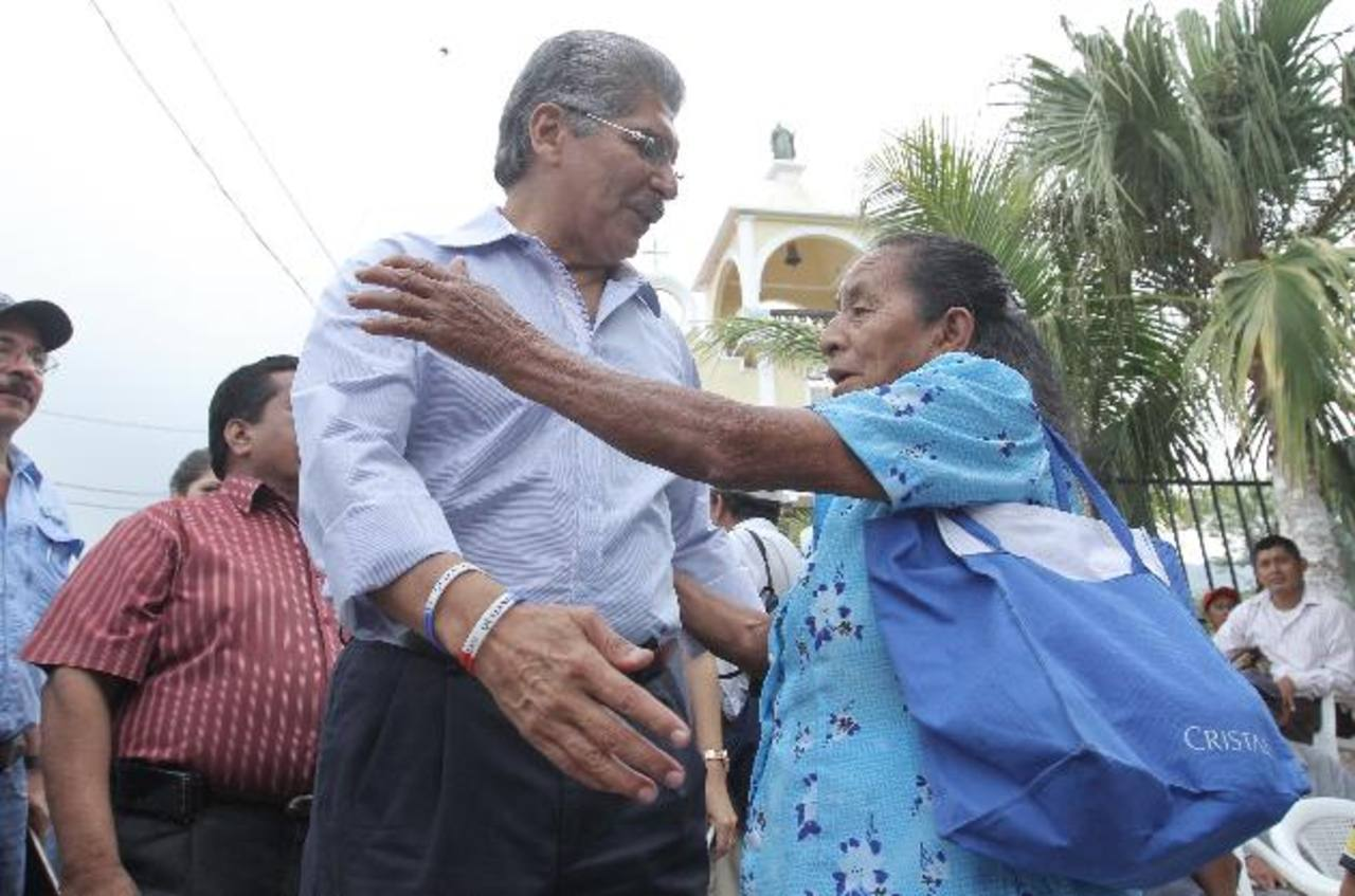 El candidato presidencial de ARENA, Norman Quijano (izquierda), con una simpatizante del partido. foto edh / cortesia