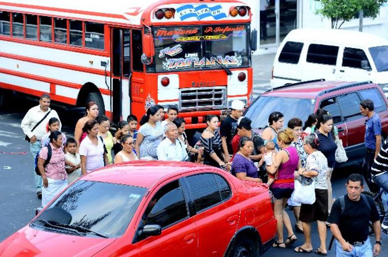 Muchos de los transeúntes corren al cruzar la calle, factor que pone en peligro su vida. Foto EDH / Mario Amaya