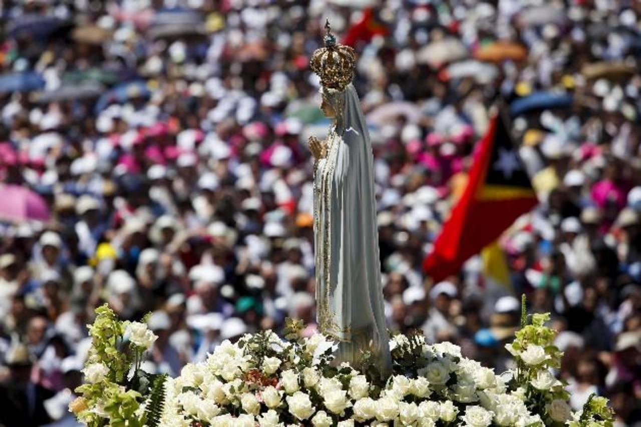 Decenas de miles de católicos asistieron al santuario de Fátima, en Portugal ayer. foto edh / efe
