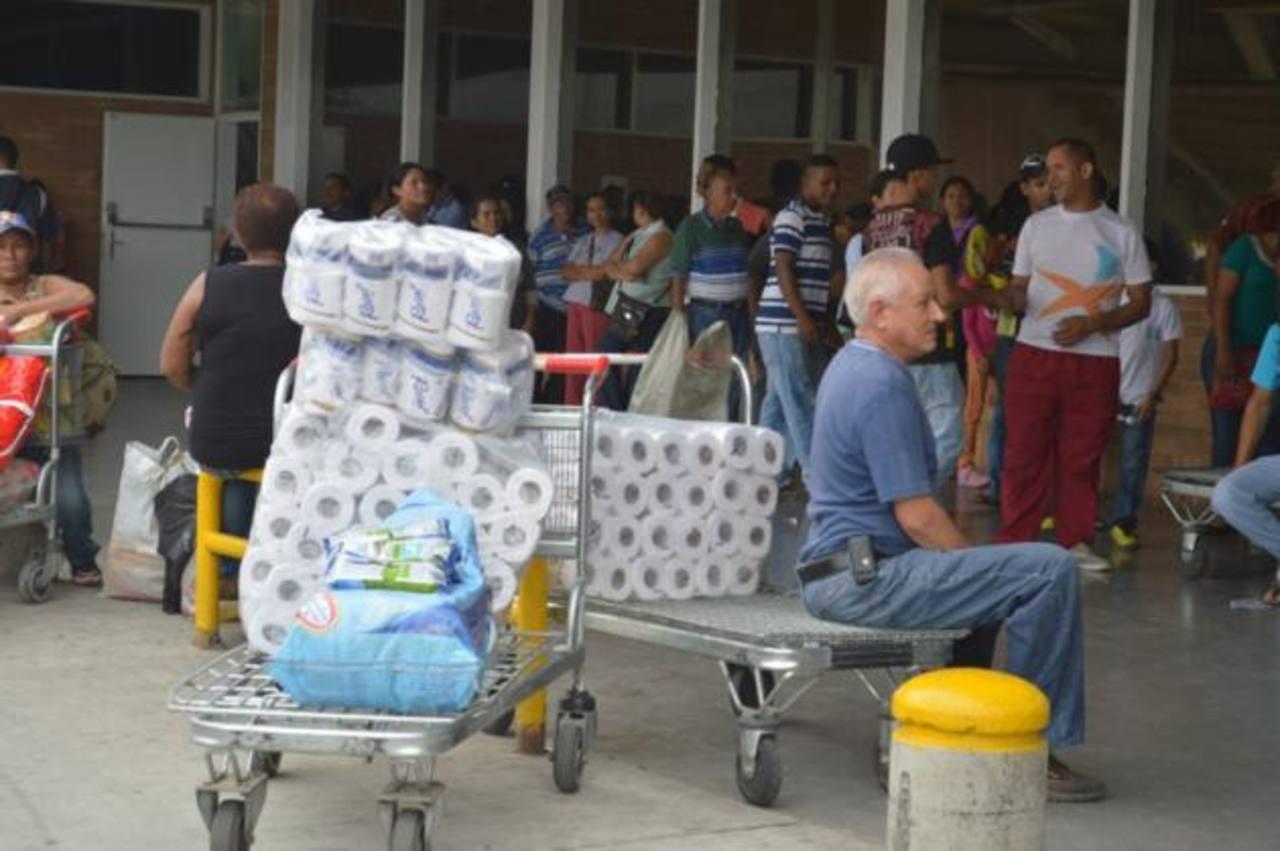 Ayer, decenas acudieron temprano a un reconocido supermercado en la ciudad de Valencia, estado Carabobo, para comprar productos de primera necesidad. foto EDH / noticias 24