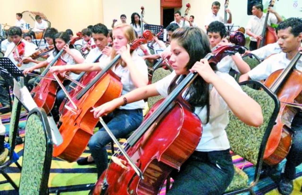 Los jóvenes de la orquesta muestran su talento para tocar los instrumentos musicales, ayer dieron un recital a representantes de la embajada de Japón. Fotos edh / georgina vividor