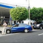 Un agente de la PNC confirmó que la camioneta que provocó el accidente pertenece al gobernante salvadoreño. Foto EDH / René Estrada.