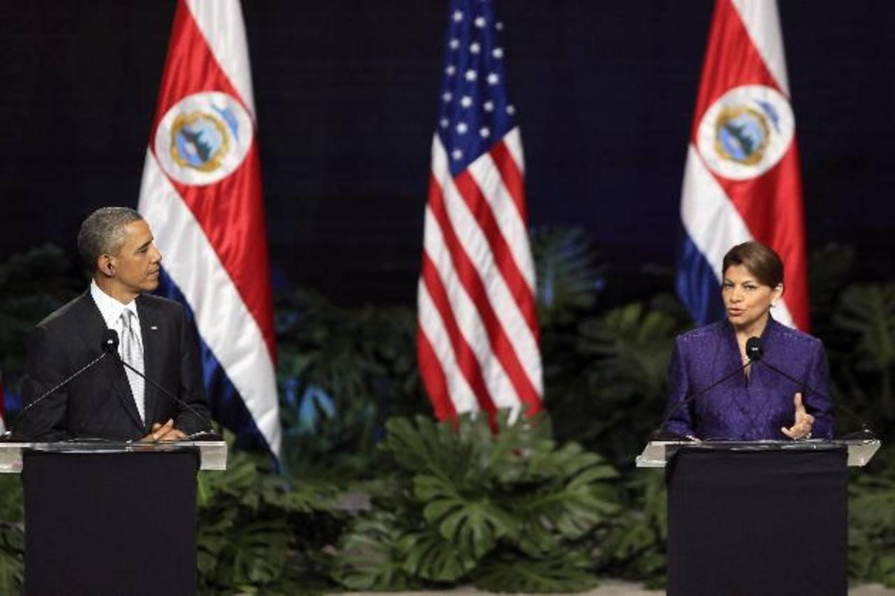 El presidente de Estados Unidos, Barack Obama (i), escucha a la mandataria de Costa Rica, Laura Chinchilla (d), en una rueda de prensa conjunta ayer en San José. Foto EDH / efe