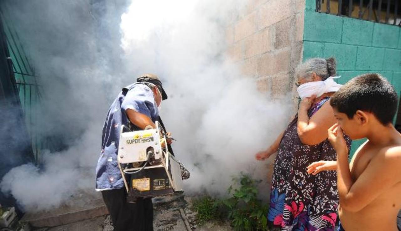 Personal de la alcaldía de Soyapango realiza fumigaciones en El Limón; uno de los municipios en donde más se reportaron casos de dengue en la semana pasada. Foto EDH / archivo