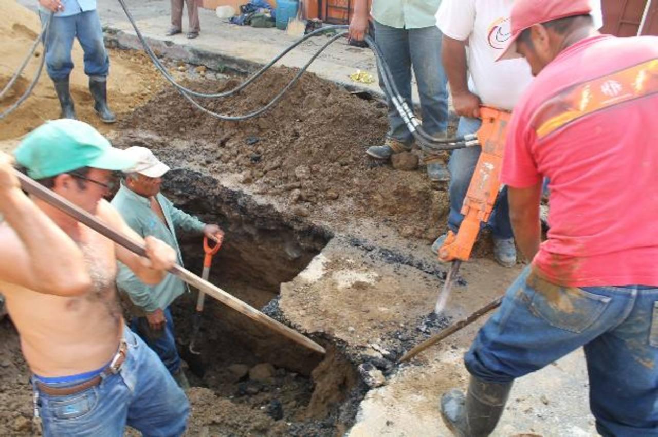 La cuadrilla de trabajadores de Anda comenzó los trabajos en la 4a Avenida Sur a las 9:00 de la mañana. Foto EDH / Roberto Díaz Zambrano