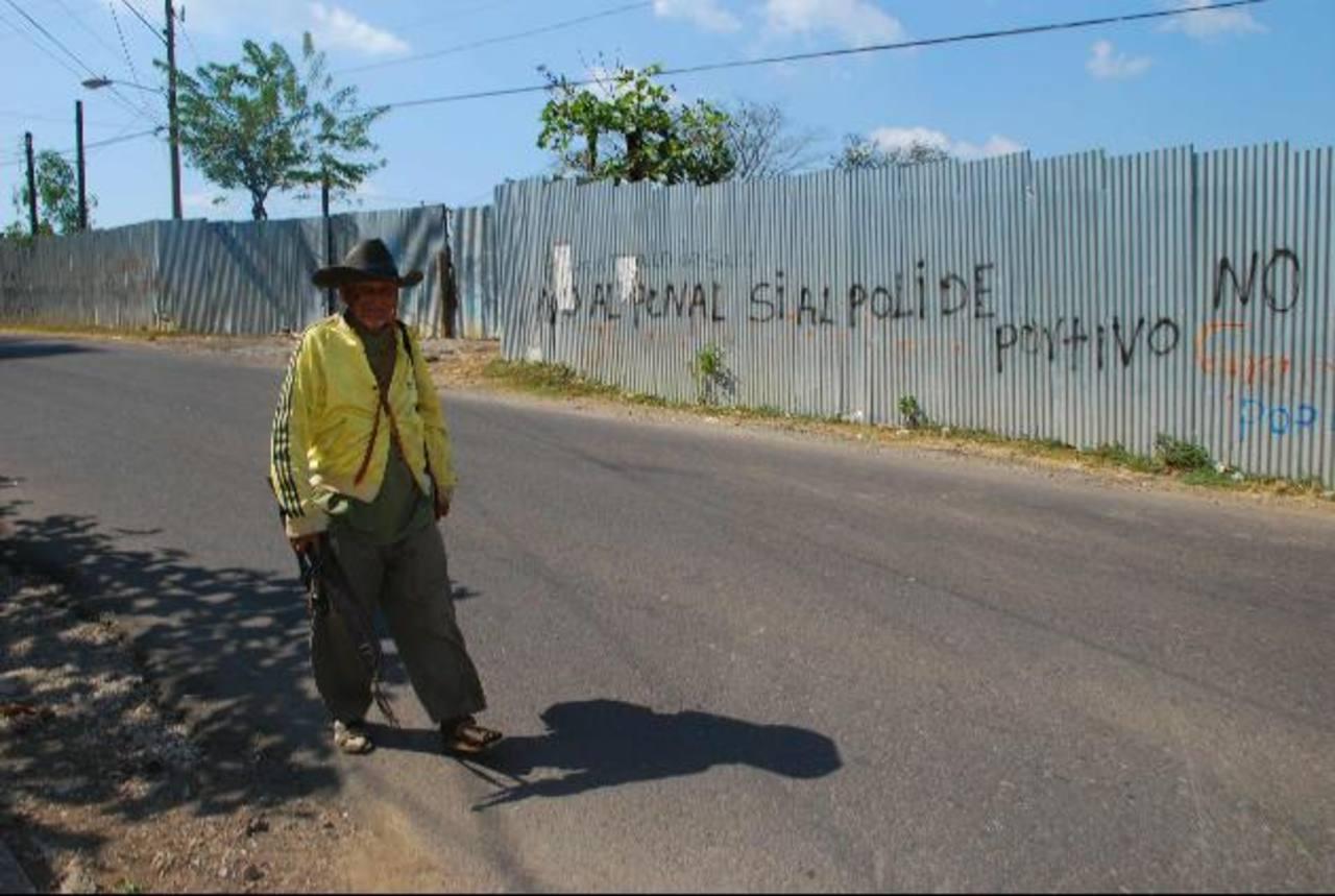 El terreno tiene cuatro años de estar prácticamente en abandono, y lo poco que habían construido para el penal ha desaparecido. Esperan les den el terreno. Foto edh / Lucinda Quintanilla