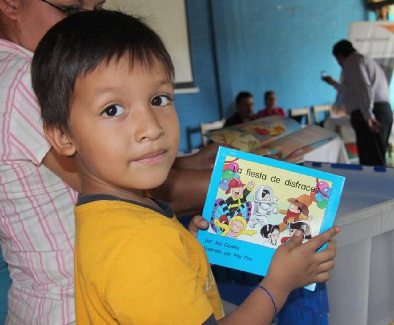 Los infantes de Armenia, Metalío y Caluco, en Sonsonate, fueron favorecidos con la entrega de libros. Foto EDH / Cortesía