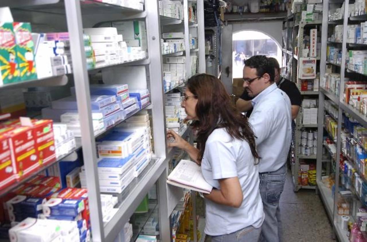 Personal de la Dirección Nacional de Medicamentos realiza una inspecciones en las farmacias de San Salvador para verificar que cumplan con los precios fijados por la ley. Foto EDH / archivo