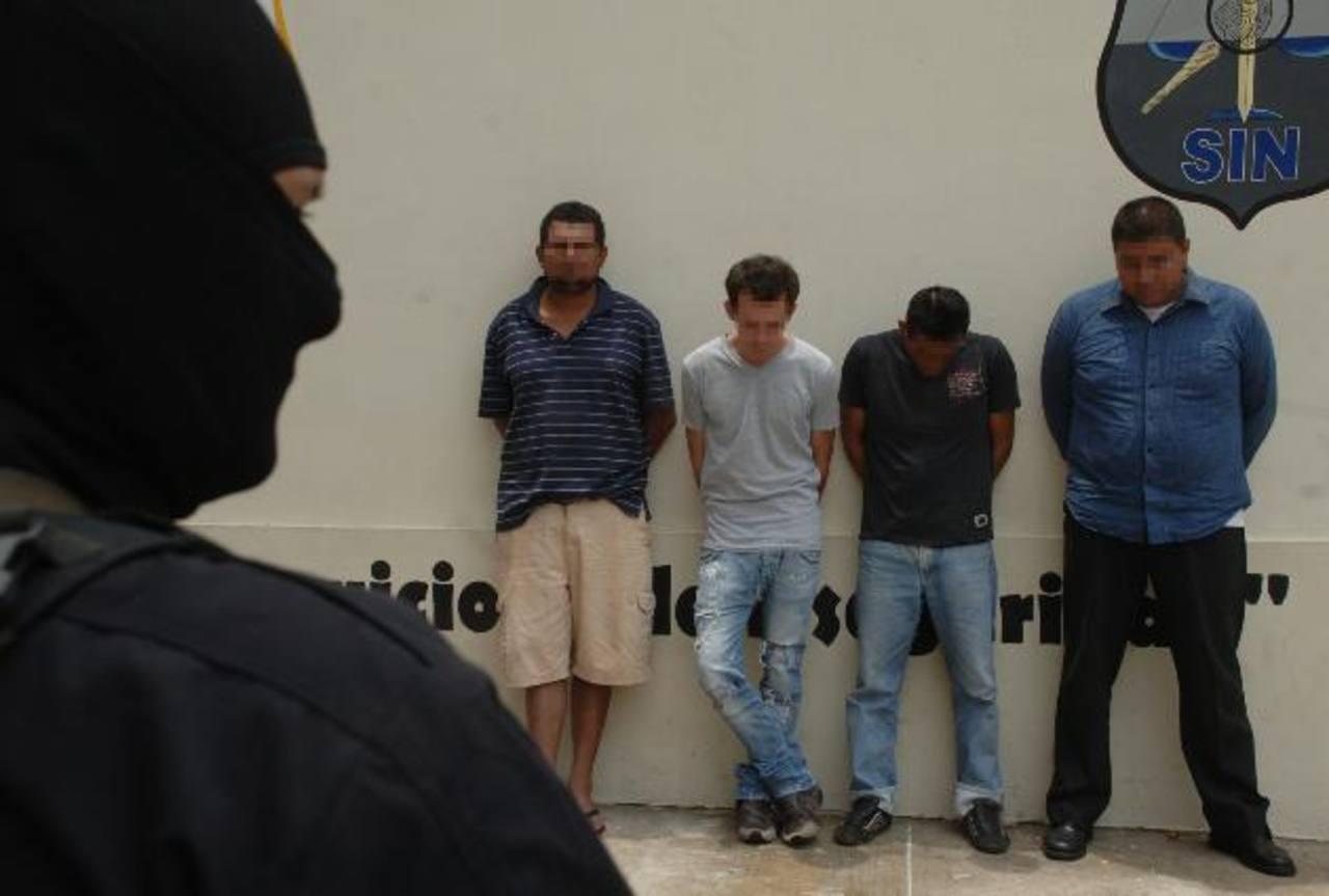 La Policía decomisó a los imputados varias armas de fuego y uniformes similares a los de la Policía. Foto EDH / Miguel Villalta.