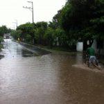 Inundaciones en Quezaltepeque, en la calle que va a turicentro La Toma, en donde seis familias fueron evacuadas. Foto vía @nartinwasarteen