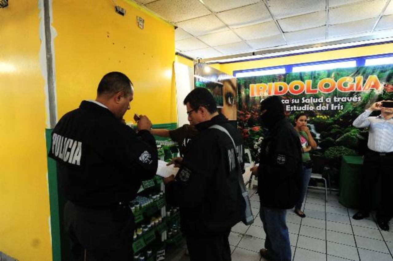 Allanan establecimiento en el que opera la feria colombiana, situada sobre la Alameda Manuel Enrique Araujo, por supuesta violación de distintivos comerciales. Foto EDH / Omar Carbonero.
