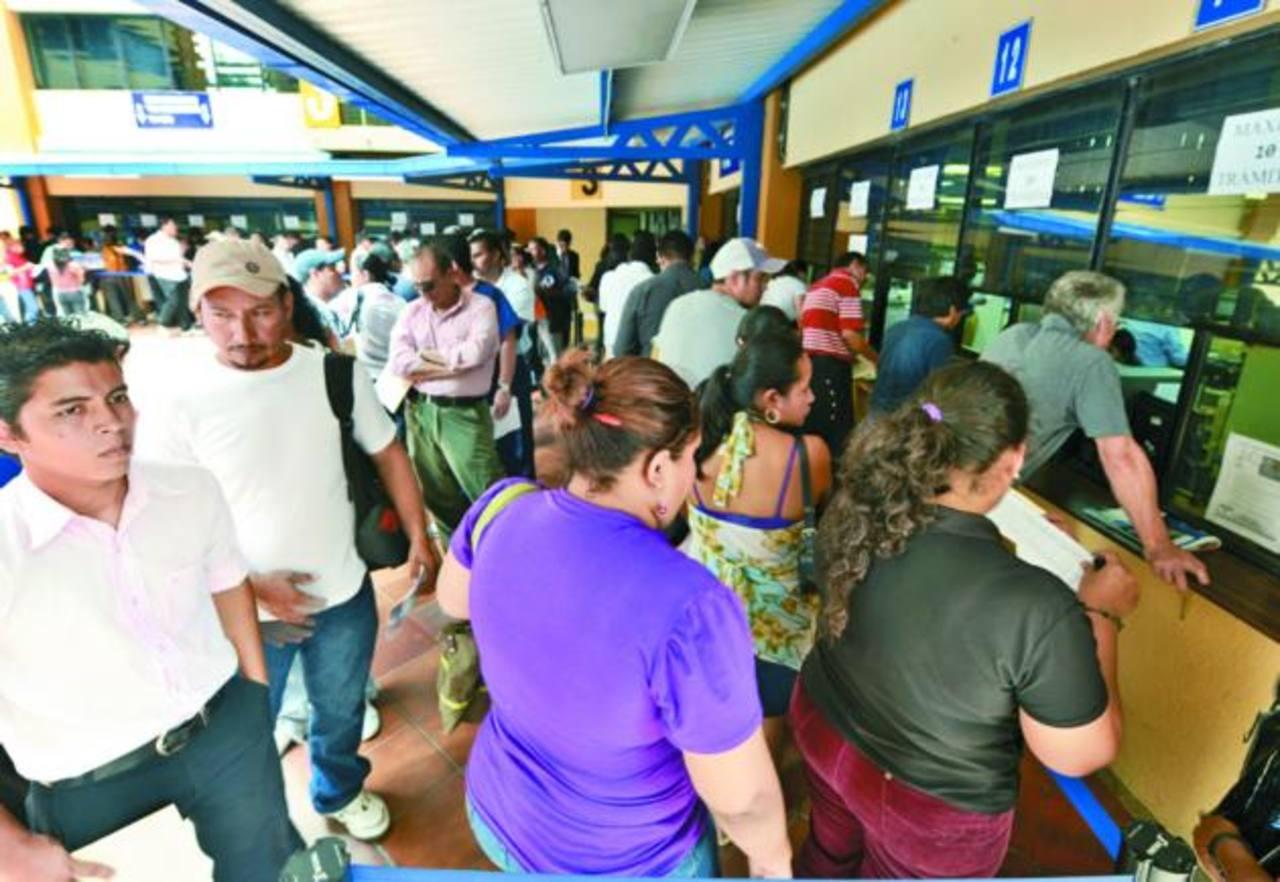 Las oficinas de Hacienda lucieron abarrotadas ayer por contribuyentes que esperaron el último día para presentar su declaración. Foto EDH / Marvin Recinos