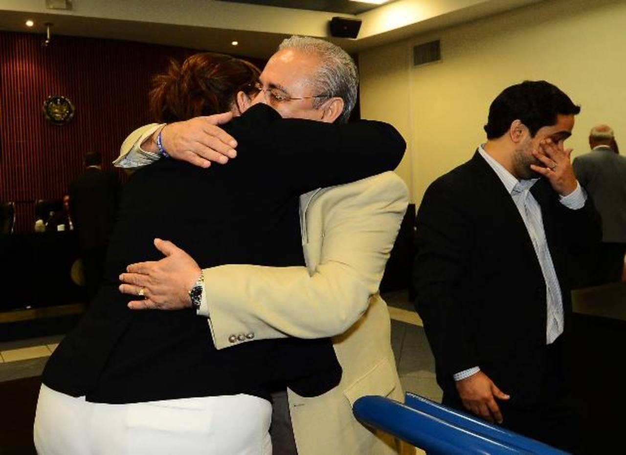 Guillermo Maza celebra con sus parientes al finalizar la audiencia donde quedó libre de cargos. Foto EDH / Marlon Hernández.