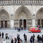 Los turistas que visitaban la catedral de Notre Dame fueron evacuados del templo. Foto/ AP