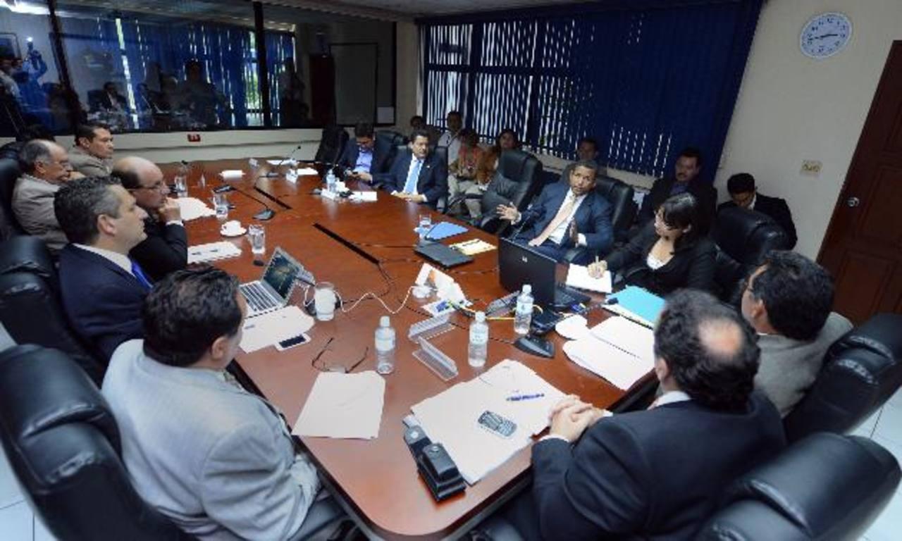 Diputados de la Comisión Especial que investiga el contrato firmado entre Enel y la Cel escucharon ayer al expresidente Francisco Flores, como parte del proceso de entrevistas a funcionarios. foto edh / marvin recinos