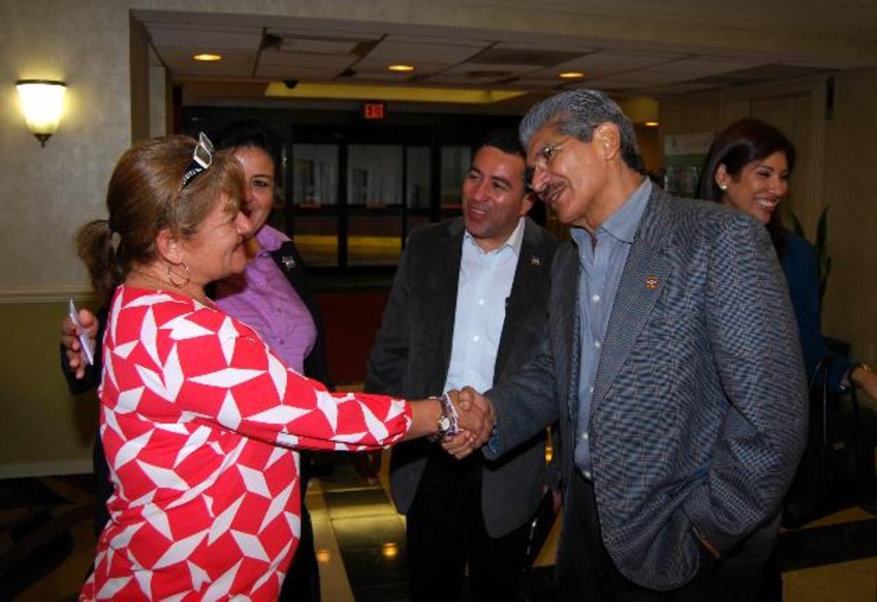 El aspirante de ARENA saluda a una compatriota en Washington, lo acompaña su compañero de fórmula René Portillo y la diputada Margarita Escobar. Foto EDH / tomas Guevara
