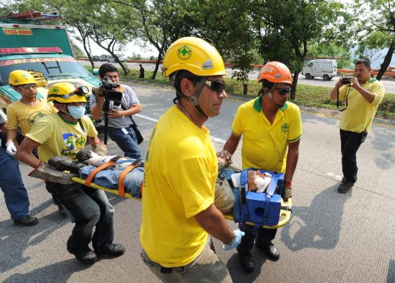 Dos personas resultaron lesionadas en un accidente de tránsito ayer en la autopista hacia Comalapa. Foto EDH / Douglas Urquilla