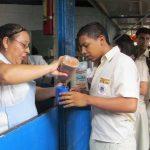 Hay padres de familia que dejan otras ocupaciones para cocinar los alimentos en las escuelas. Foto EDH / MAURICIO GUEVARA