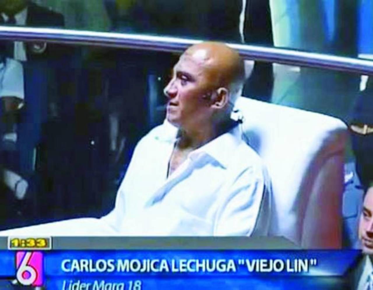 Carlos Mujica Lechuga, (a) El Viejo Lin, cabecilla de la pandilla 18, es uno de los dos reos que participó de un culto y entrevista fuera del penal. Foto Cortesía TCS