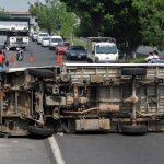 Este camión volcó en San Martín tras ser impactado por un microbús. Hubo dos lesionados. Foto EDH / Ericka Chávez.