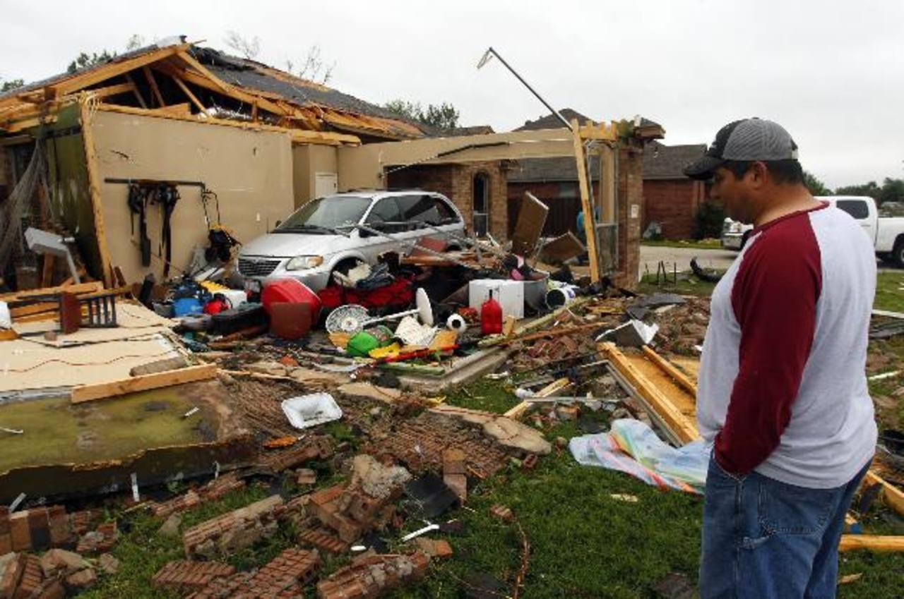 Un habitante observa los estragos ocasionados por la violenta tormenta. Foto Reuters