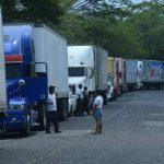 Los transportistas guatemaltecos dejaron de ingresar al país por cinco horas y retrasaron el comercio. FOTOs EDH / MARLON HERNÁNDEZ
