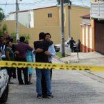 Familiares de los hermanos Martínez Lara se consuelan en las afueras de la casa donde ayer, en aparente asalto, mataron a un arquitecto y lesionaron a un ingeniero en sistemas.