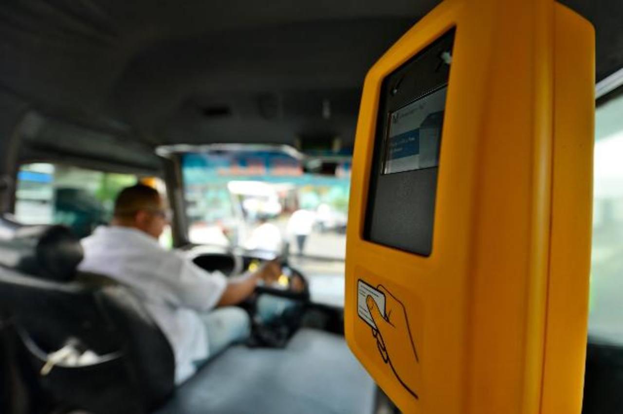 Los transportistas afirman que instalar las máquinas lectoras de tarjetas es responsabilidad de Subes El Salvador.