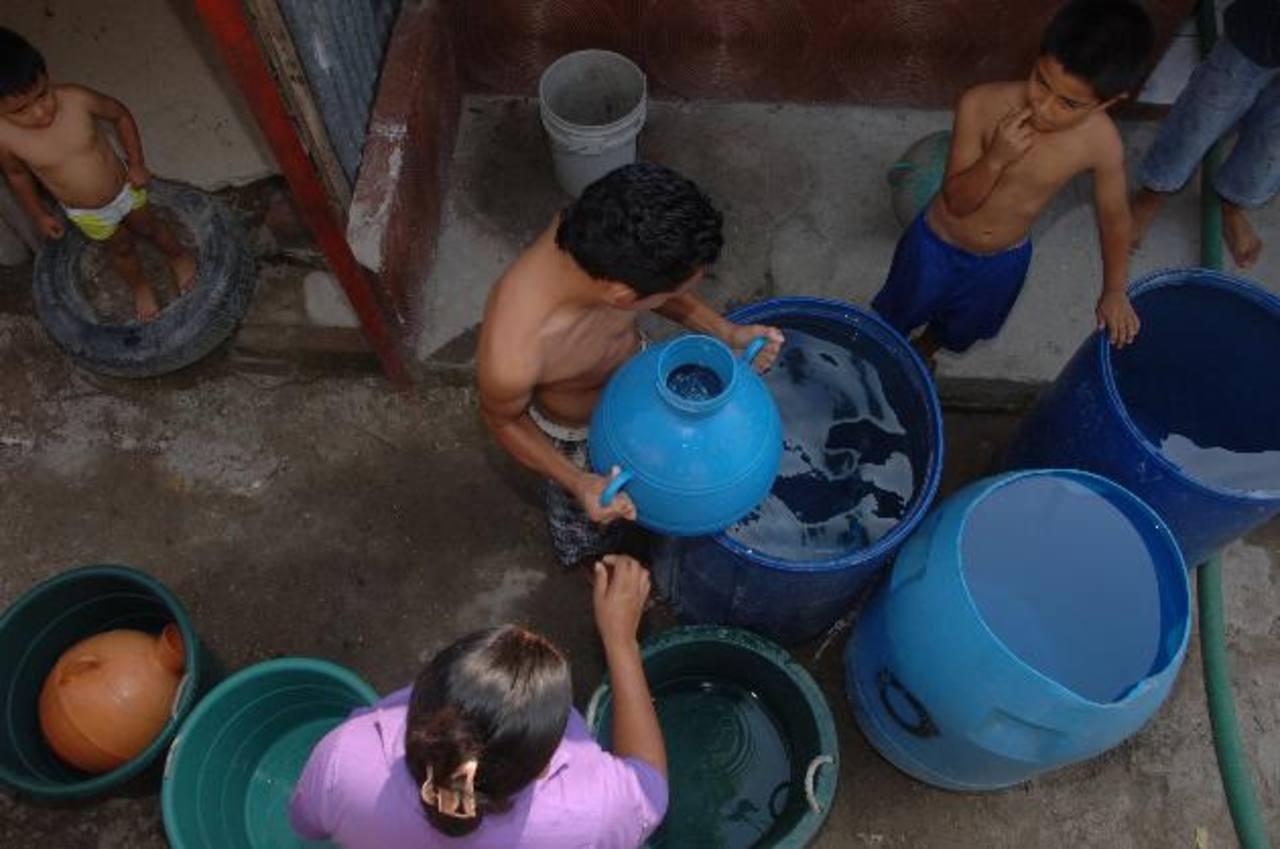 En El Salvador todavía existen miles de personas que sobreviven sin tener acceso a agua potable.