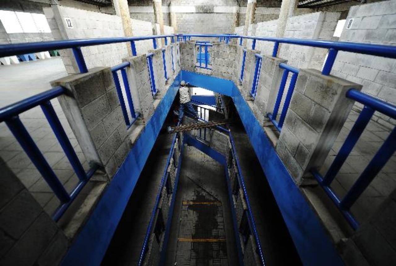 El ex Liceo Centroamericano albergará 242 puestos. La estructura ya está lista para recibir a los vendedores. FOTOS EDH / Marlon HERNÁNDEZ