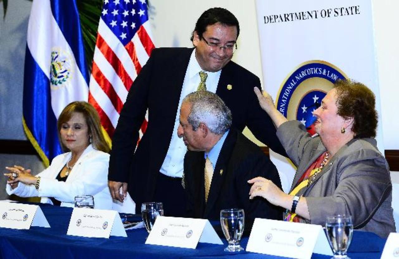 La embajadora de EE. UU., Mari Carmen Aponte, saluda al fiscal Luis Martínez durante el evento sobre la Ley de Extinción del Dominio. La funcionaria espera que el país apruebe la legislación de confiscación de bienes a los criminales. Foto EDH / Mari