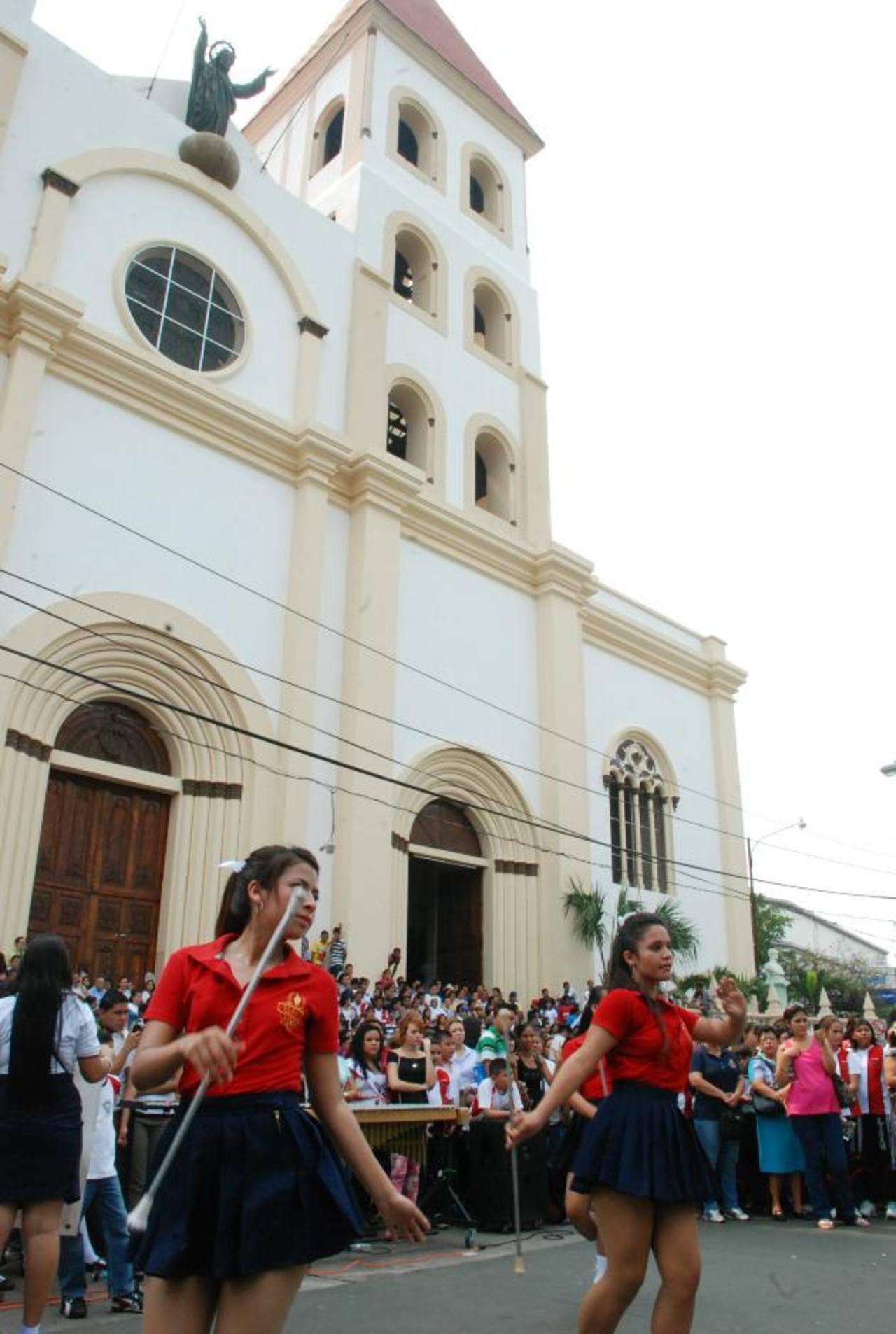 Bandas musicales de instituciones educativas animaron el cumpleaños 483 de la ciudad. Fotos EDH / carlos segovia