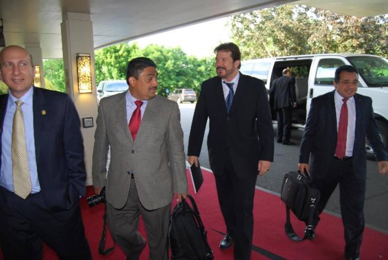 El titular de la ASI, Javier Simán (izquierda), Luis Cardenal, presidente de la Cámara de Comercio e Industria de El Salvador (tercero de corbata azul), y Jorge Daboub, presidente de la ANEP (derecha). Foto EDH / Tomás Guevara