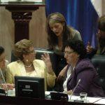 Las diputadas de ARENA, Margarita Escobar y Milena de Calderón, y Lorena Peña, del FMLN (sentadas), conversan en la plenaria de ayer con la tricolor Patricia Sosa. Foto EDH / Jorge reyes