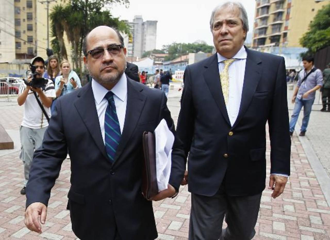 Gerardo Fernandez (izqu.) y Ramón José Medina, del equipo de abogados de Henrique Capriles. Foto Reuters