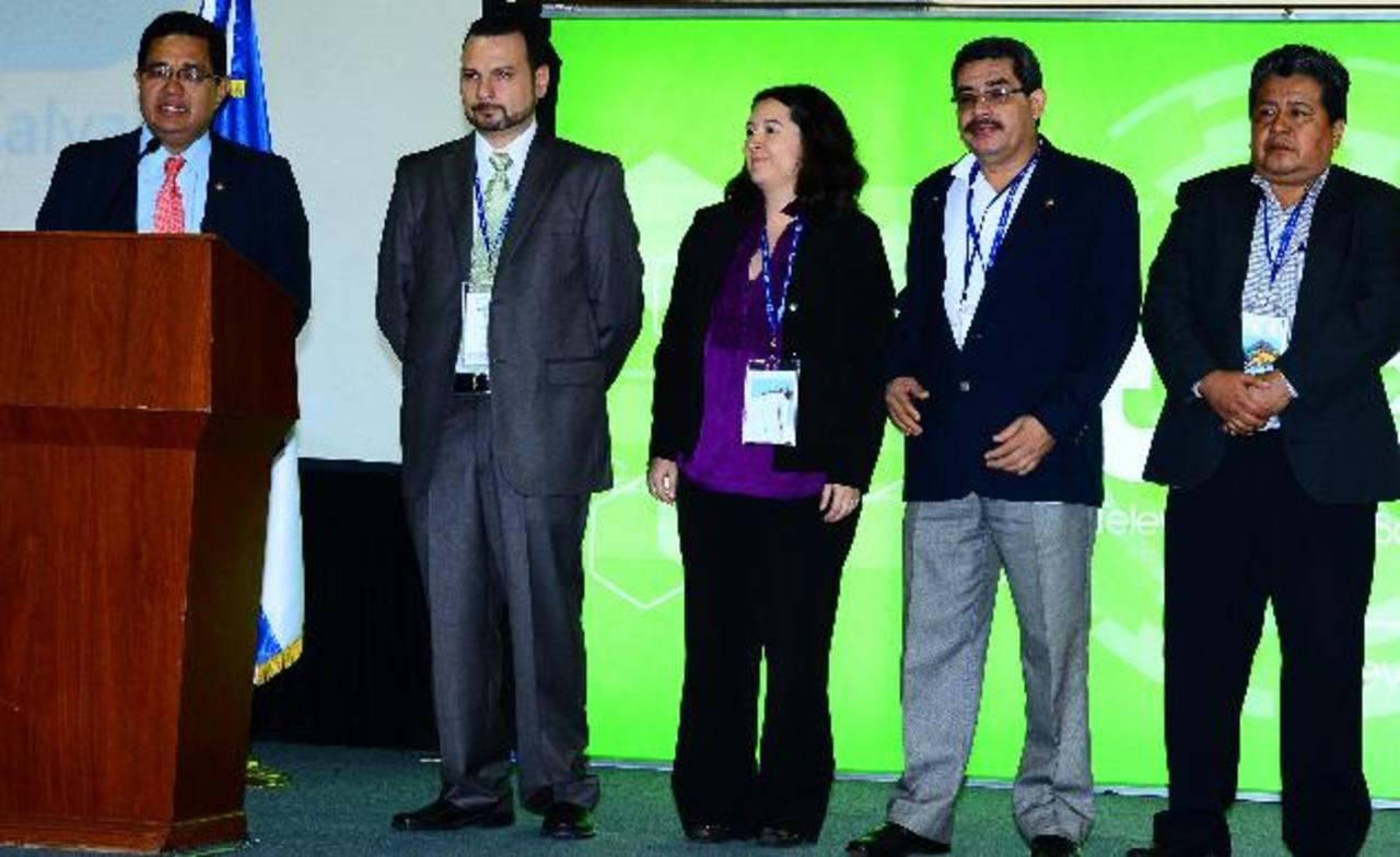 De izquierda a derecha: Carlos Corado y Adriana Valle (director y subdirectora de TVES); Ricardo Martínez y Venancio Ramírez (director y subdirector de RNES). Fotos / EDH: Mario Amaya