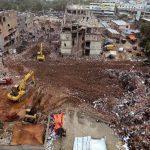 Las excavadoras y otros vehículos fueron retirados del lugar donde el 24 de abril se derrumbó un edificio de ocho pisos. Foto/ AP