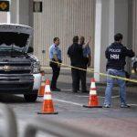 Agentes policiales verifican la zona del aeropuerto de Houston, donde se originó una balacera. Foto/ Reuters