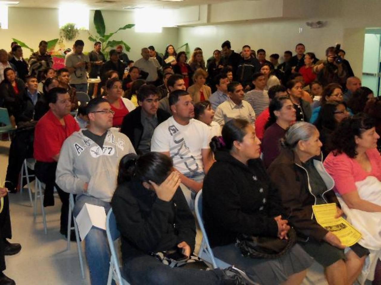 Los salvadoreños deberán buscar la reinscripción al TPS en las 16 sedes consulares en los Estados Unidos. Foto edh / archivo