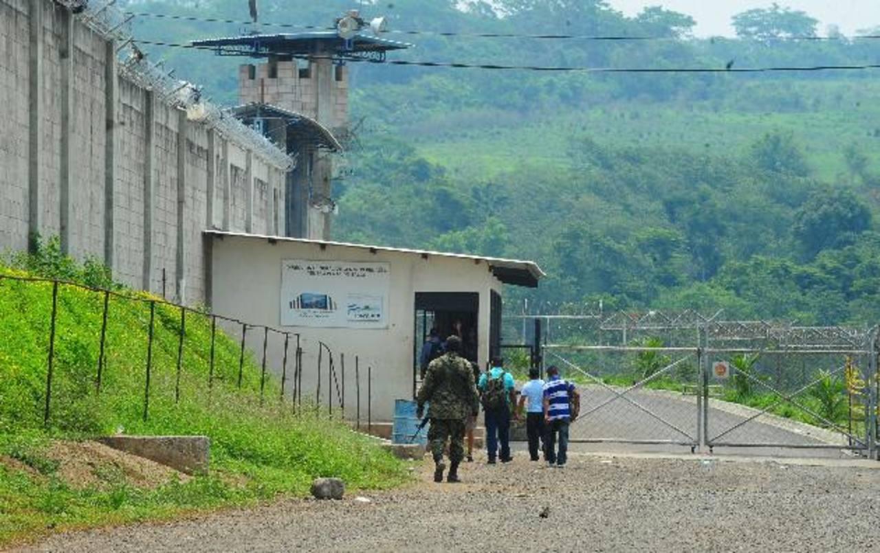 Los militares acompañan a los empleados de la DGCP en una parte de su trayecto, hasta que ingresan a la cárcel en la que trabajan. Foto EDH / Lissette Lemus